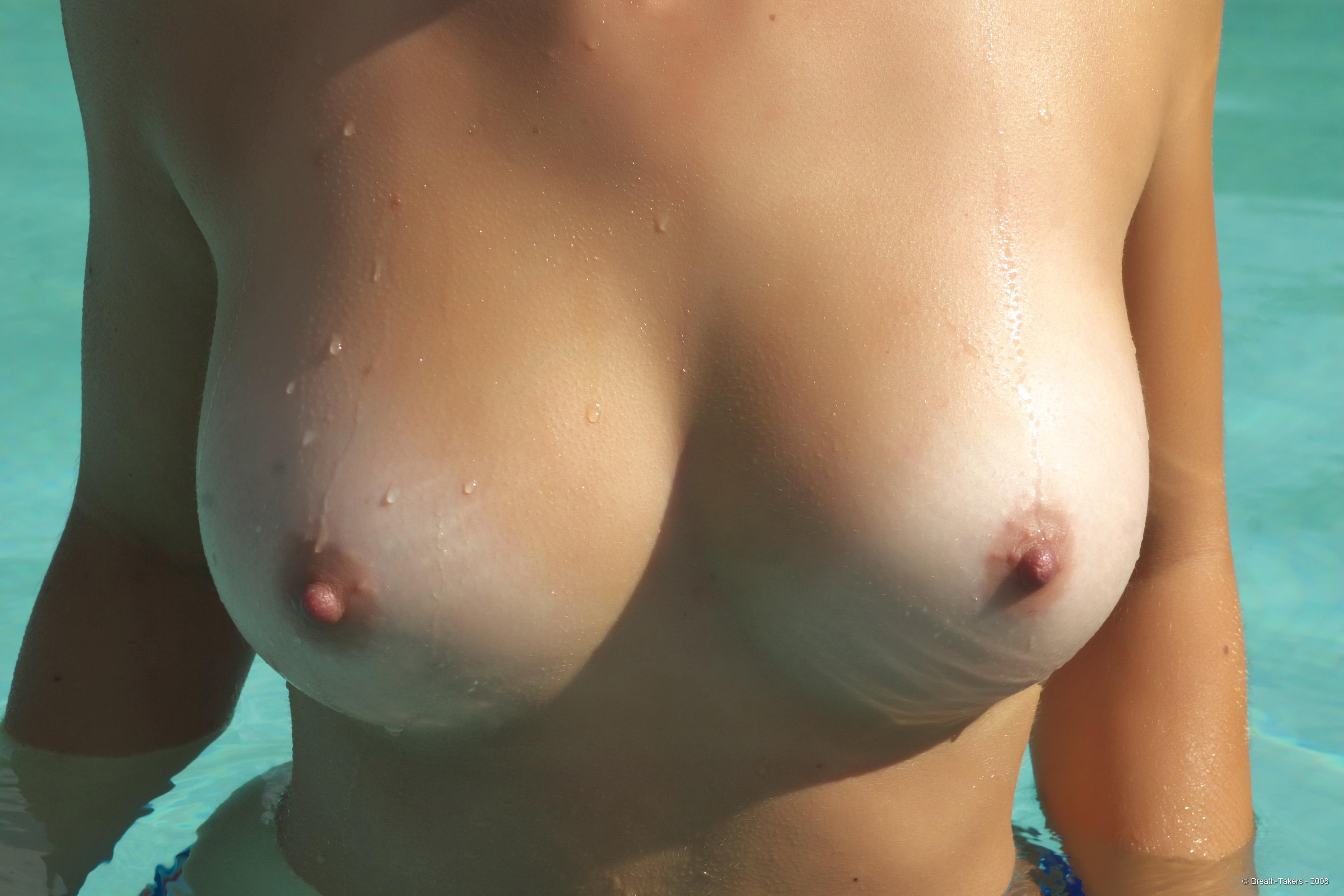 Фото женской мокрой груди 4 фотография