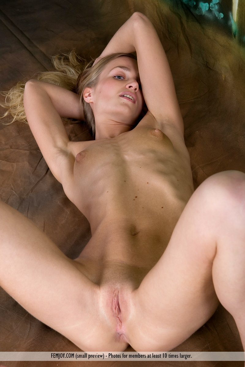 Has skinny blonde women nude truie